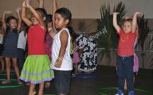 Les élèves de l'école sur scène